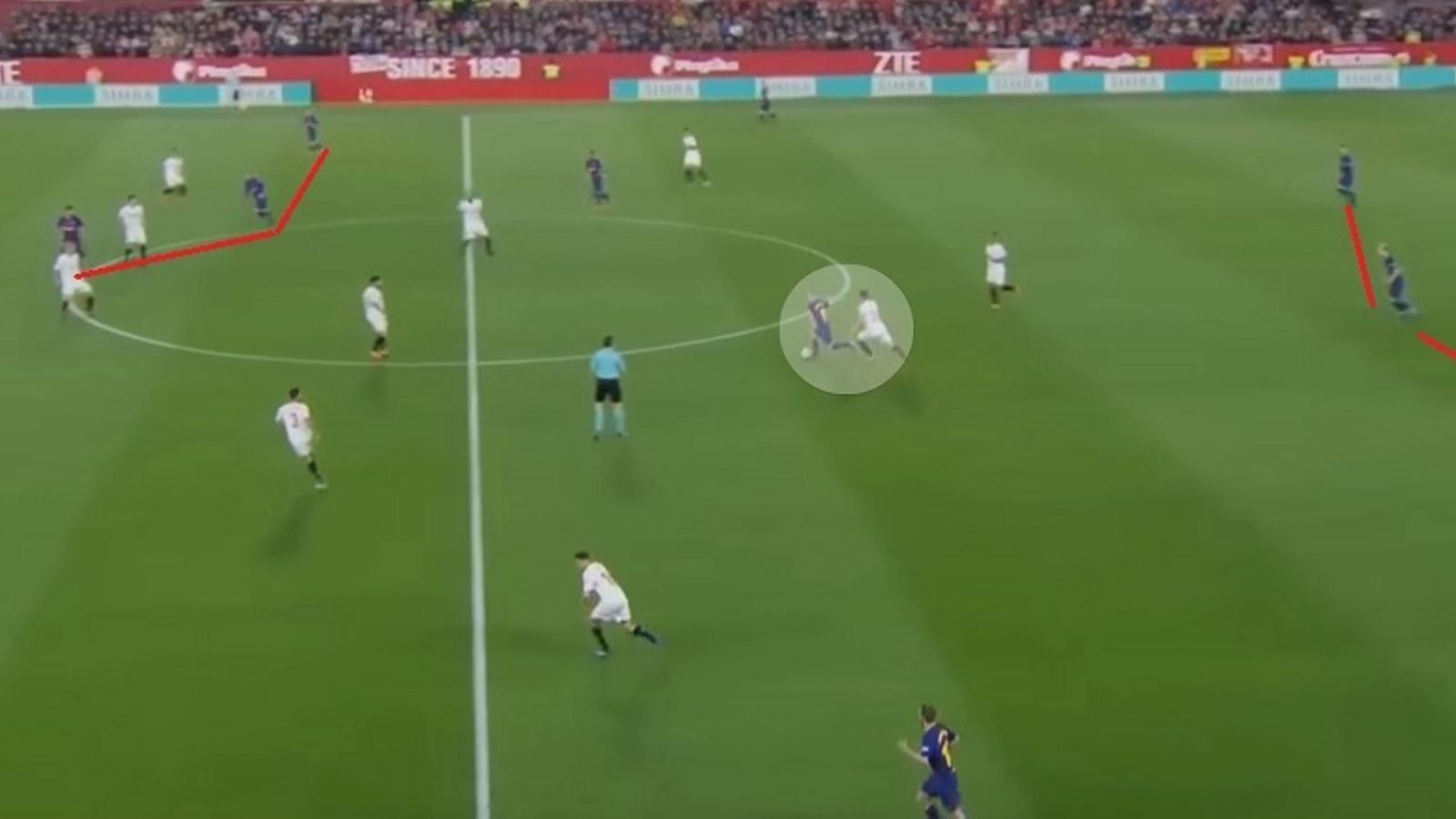 Iniesta recull de Rakitic (que fa sortida de 3) i porta la pilota a territori d'atac: el Barça es desplega assimètricament