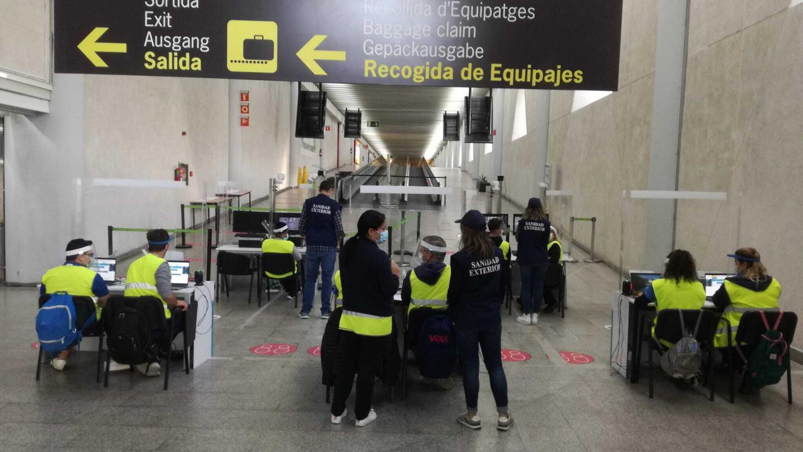 Controls de viatgers a l'Aeroport de Palma en el primer dia de vigència del decret que obliga portar una PCR negativa