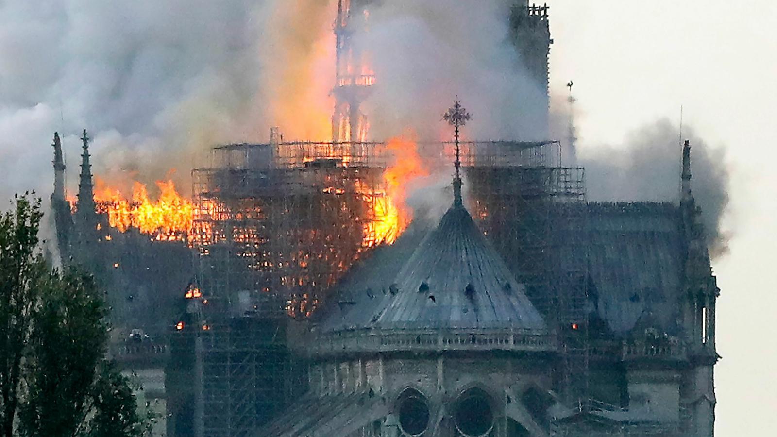 Cau l'agulla principal de Notre-Dame a causa de l'incendi