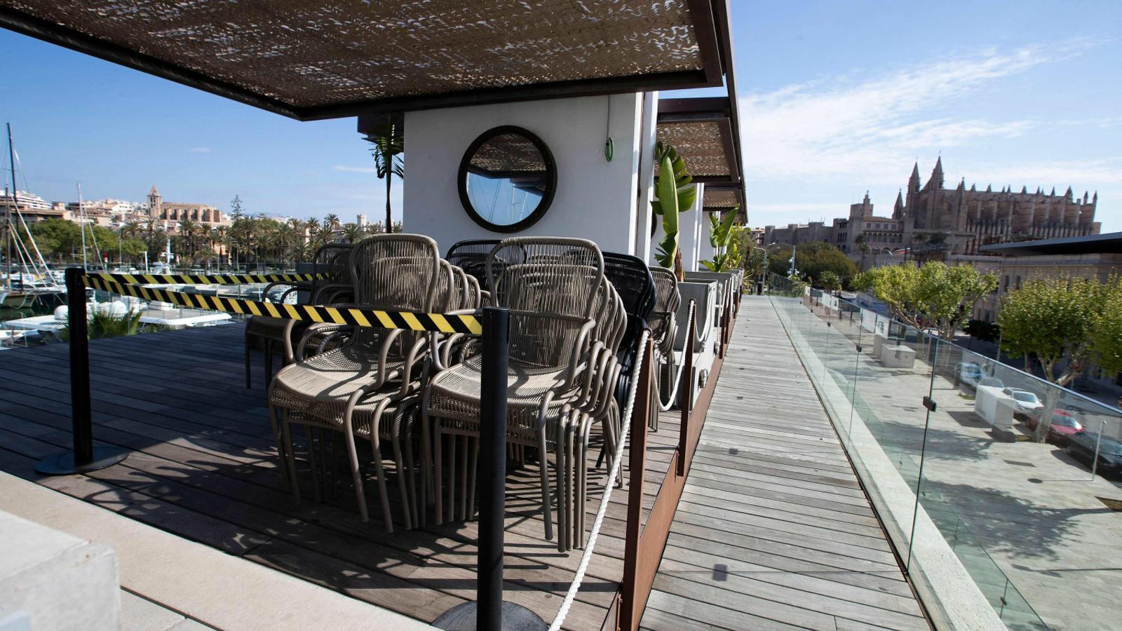 Un restaurant de Palma tancat, divendres. L'economia de les illes Balears depèn en un 35% de l'impacte del turisme.