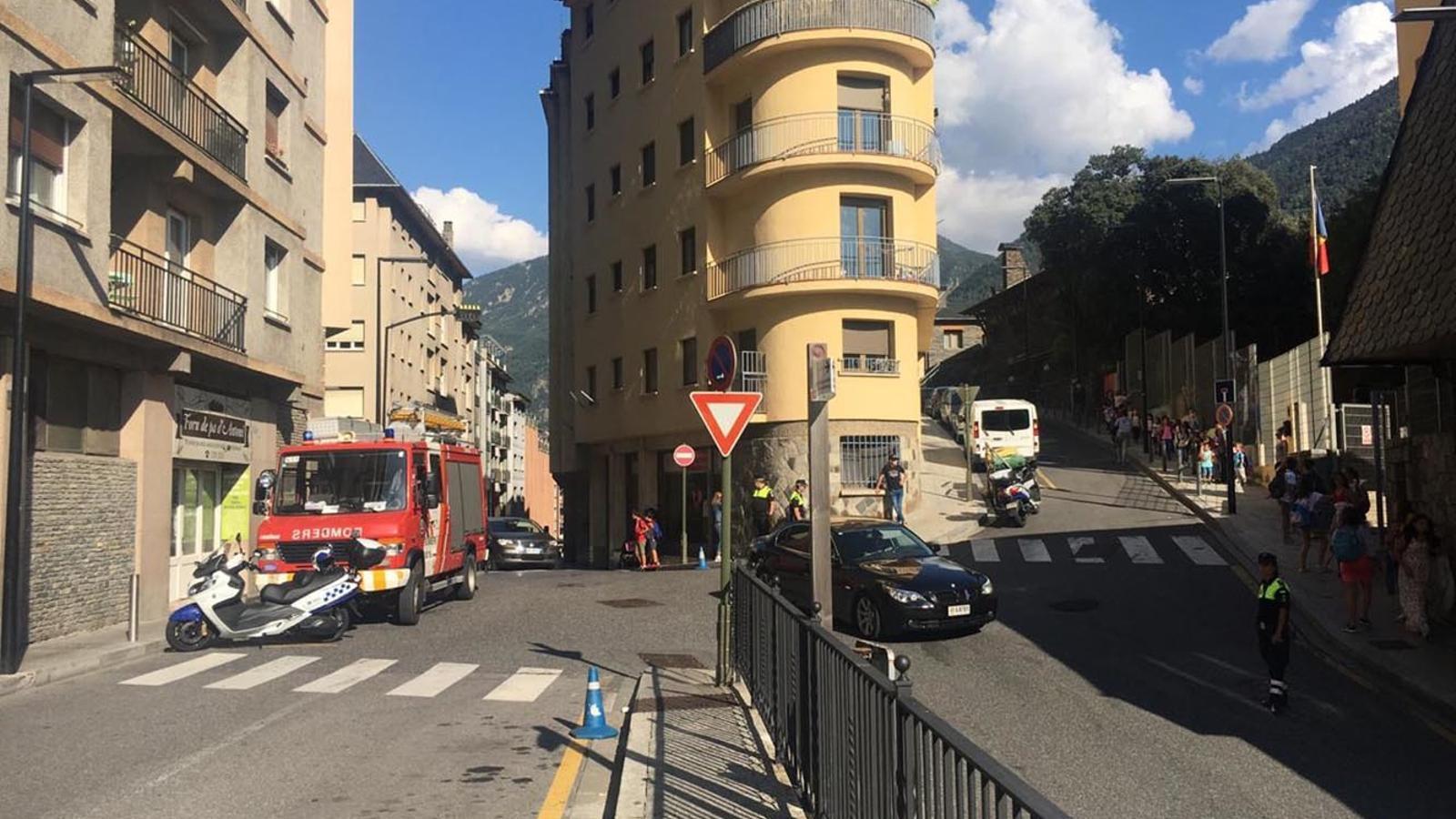Els alumnes de les escoles de Ciutat de Valls surten de l'escola quan ha saltat l'alarma arran de l'avaria a la llum. / ANA