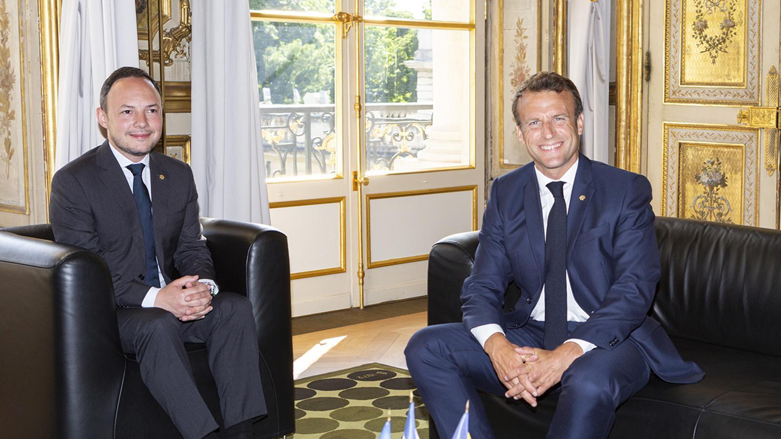 El cap de Govern, Xavier Espot, i el copríncep francès, Emmanuel Macron, durant la trobada. / FERNANDO PÉREZ/EFE