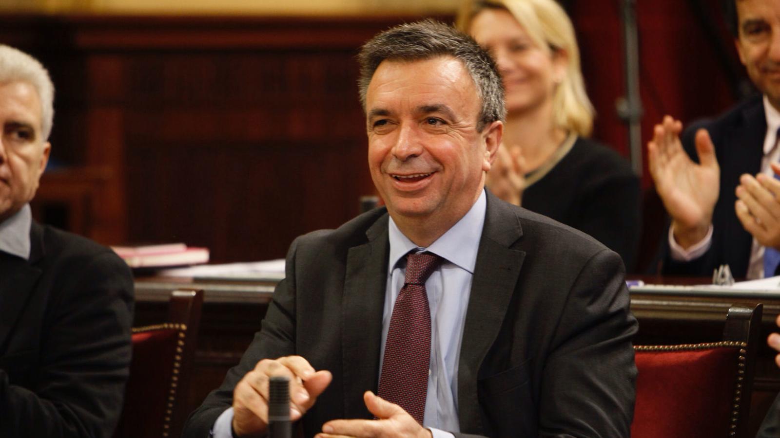 Vicenç Vidal riu a una de les sessions del Parlament.