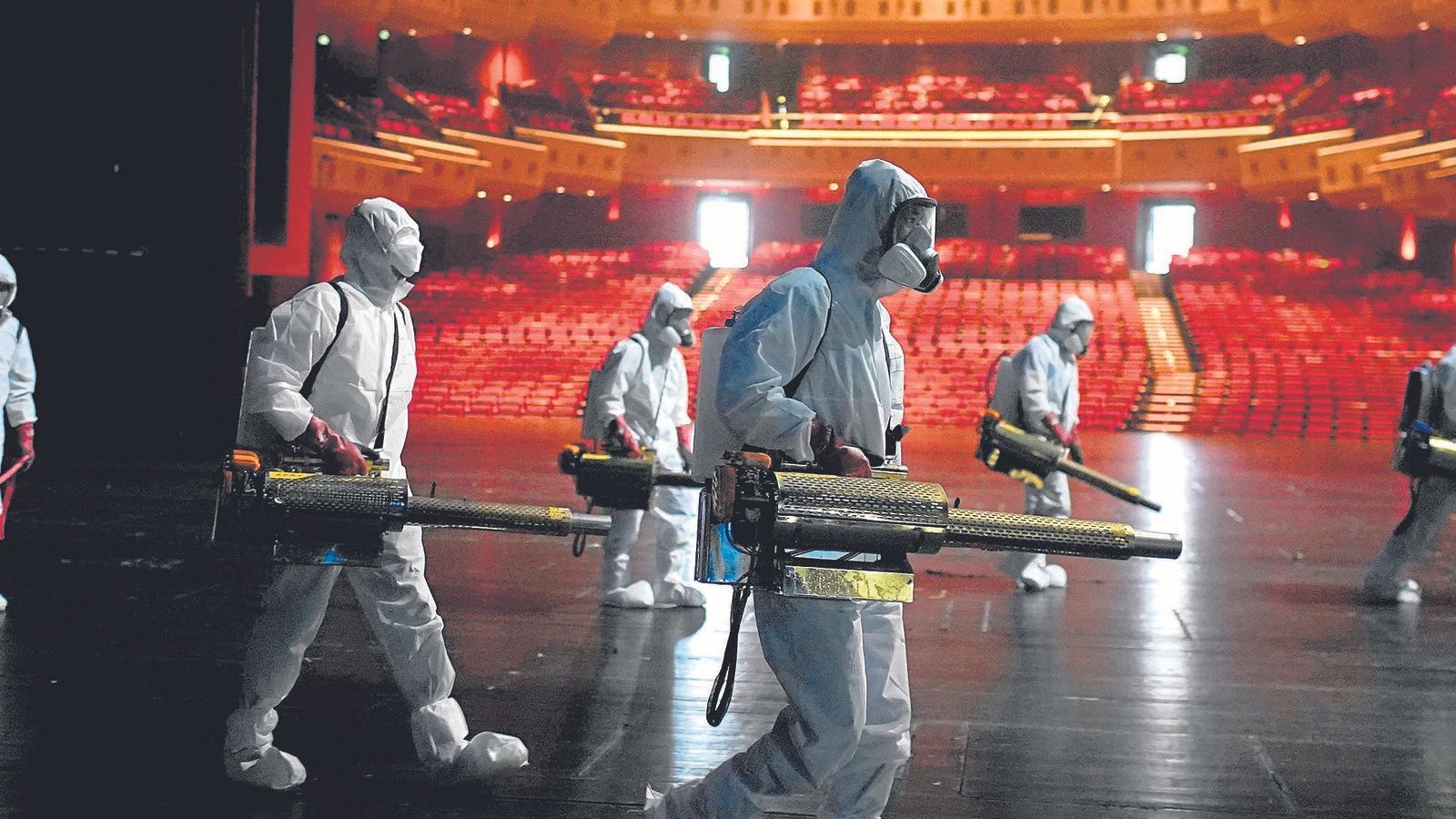 Voluntaris desinfectant el Gran Teatre Qintai de Wuhan (Xina) el 2 d'abril.