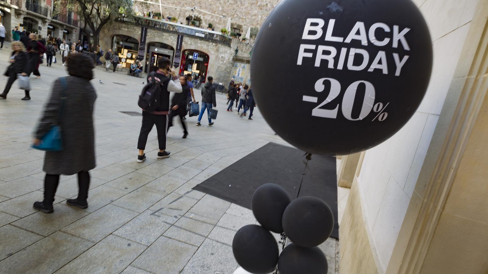 Anuncis de descomptes pel Black Friday / MARC ROVIRA