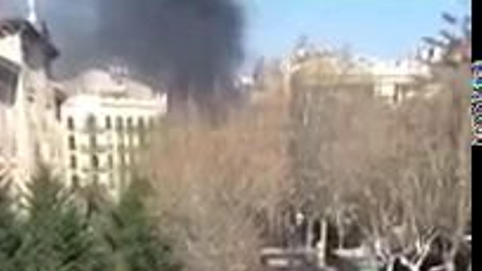 Incidents entre els Mossos i un grup de manifestants a prop de la Universitat de Barcelona