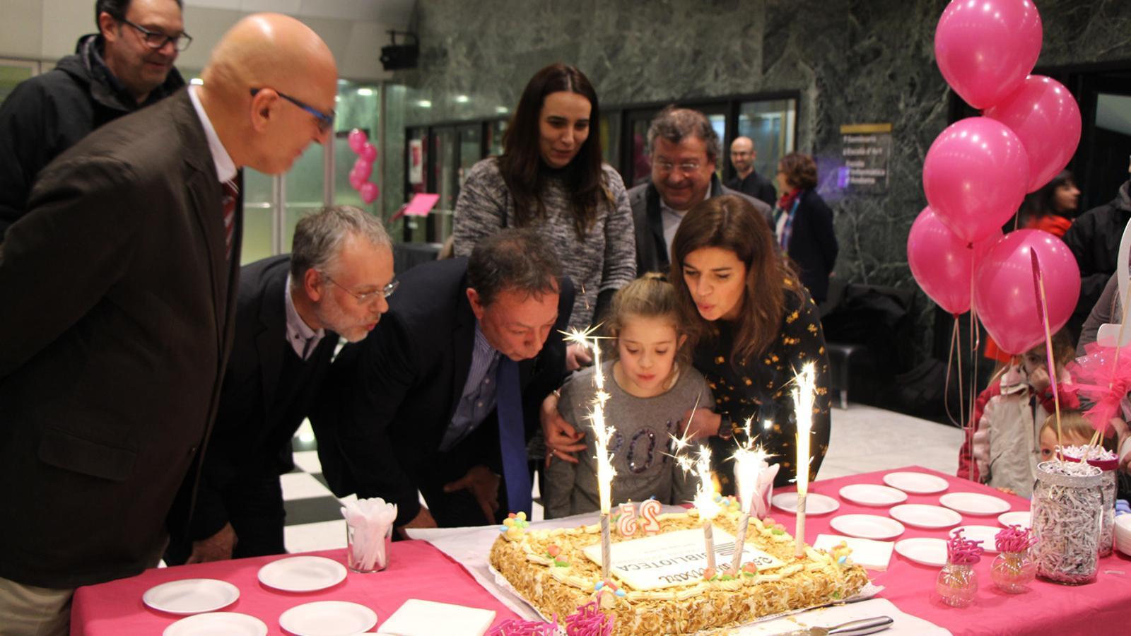 Moment en què les autoritats han bufat les espelmes del pastís d'aniversari. / L. M. (ANA)