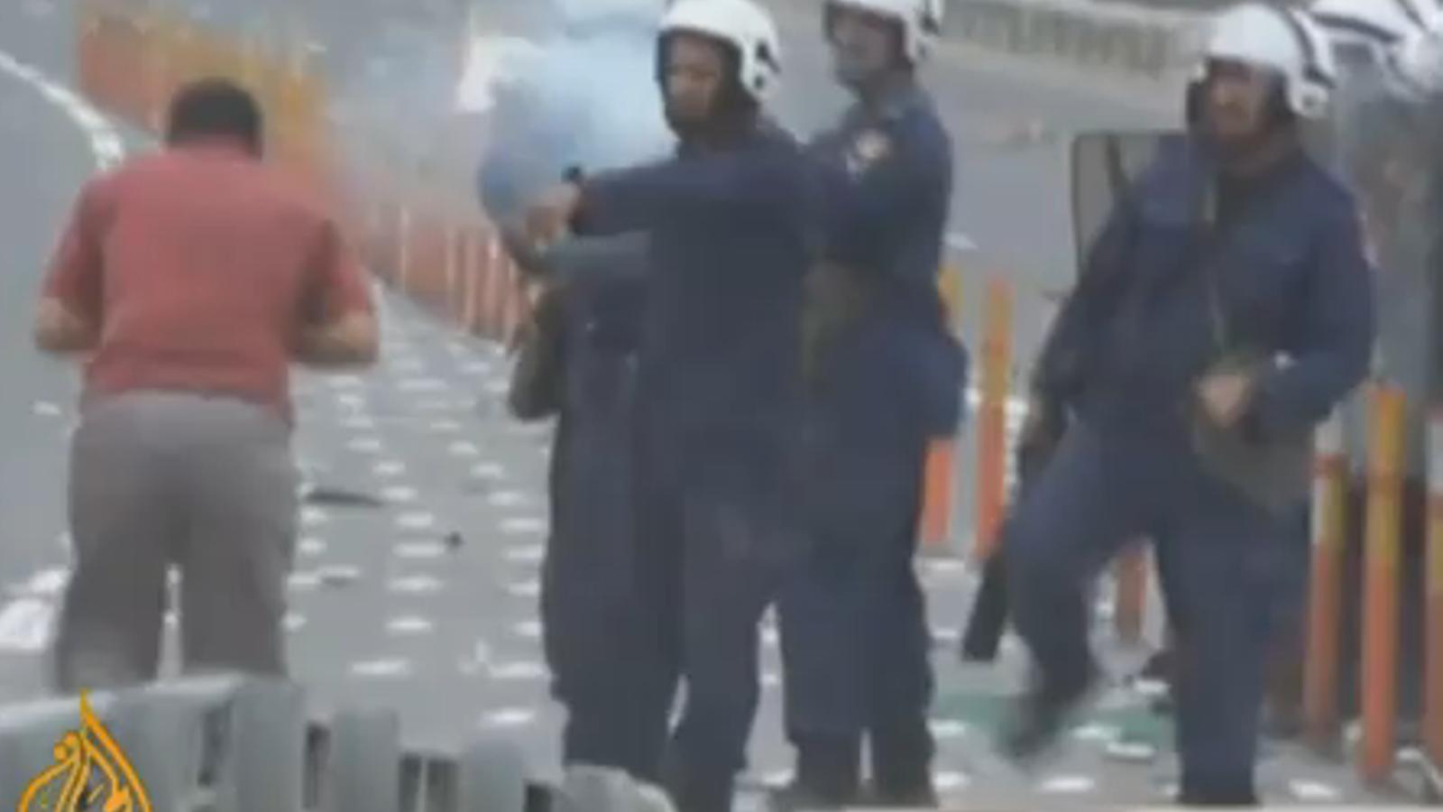 La policia de Bahrain dispara a boca de canó contra un manifestant