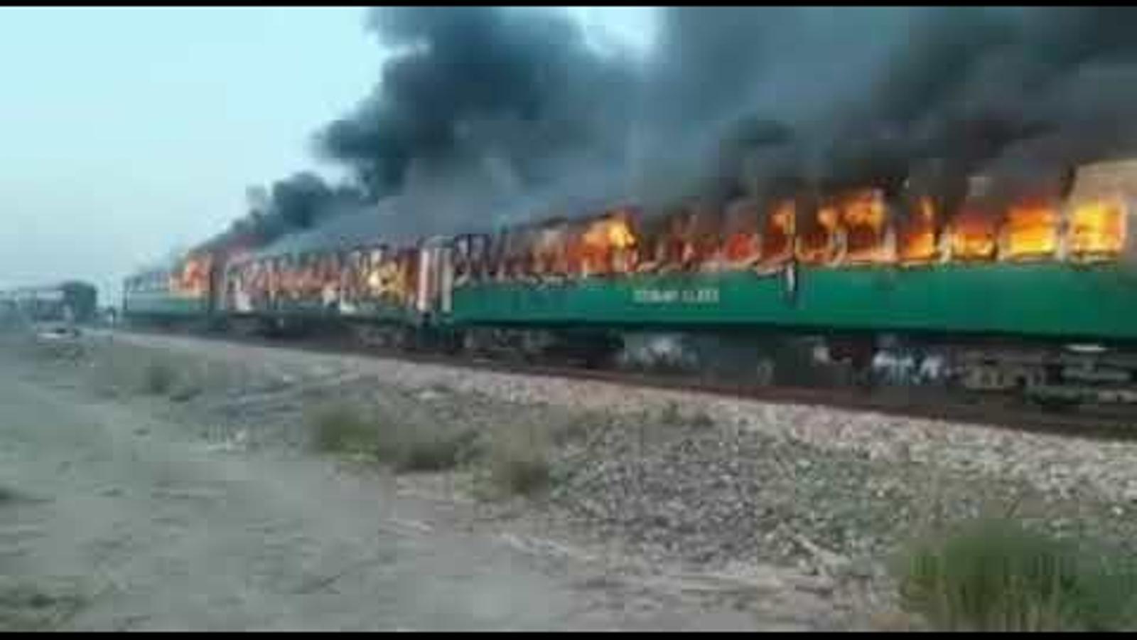 Tres vagons del tren cremen profusament al sud-est del Pakistan.