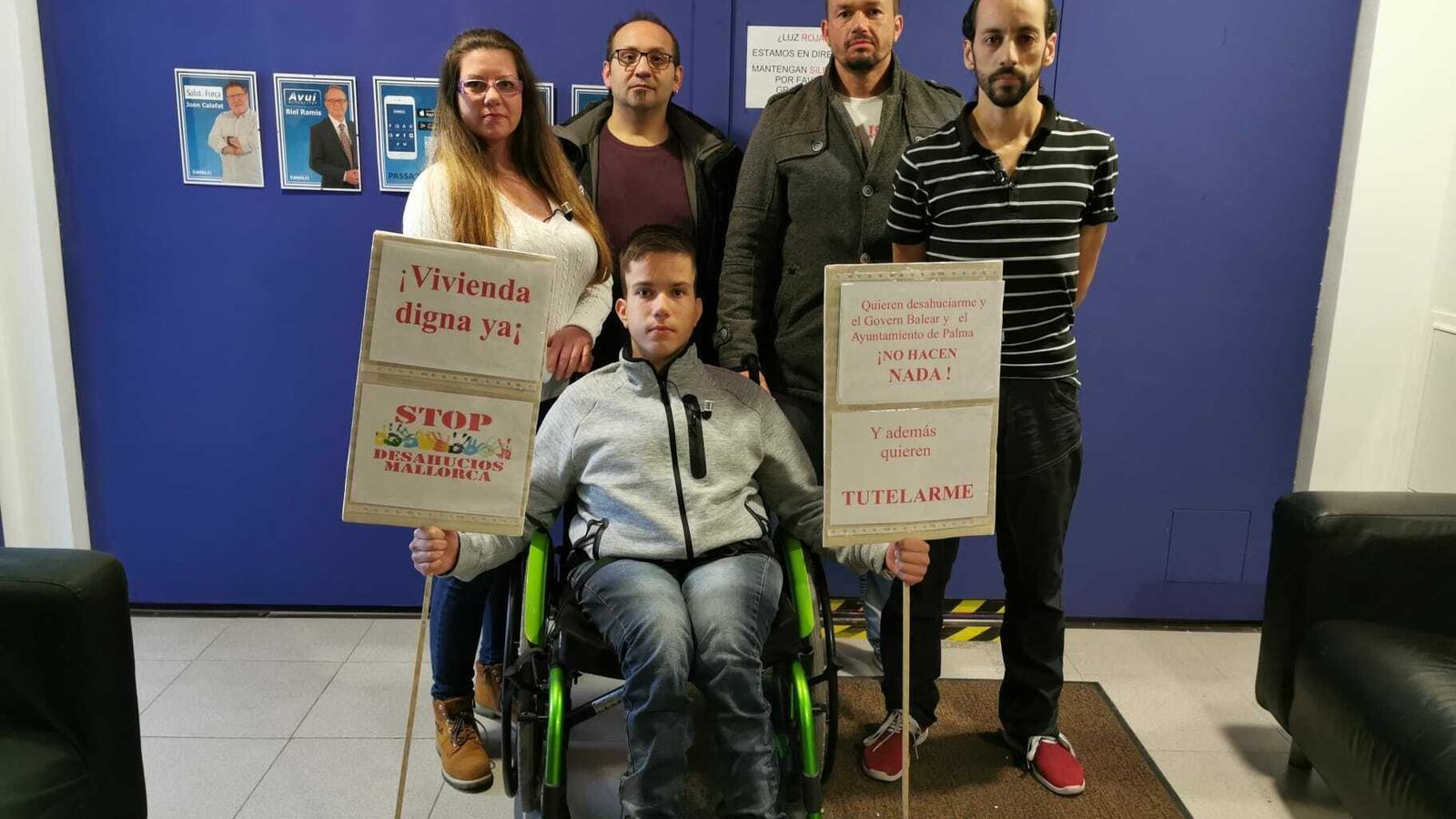 Joan Segura, a la dreta de la imatge, amb Óscar Kacper Szczesniak i la seva família, que varen ser desnonats de casa seva aquest dimarts