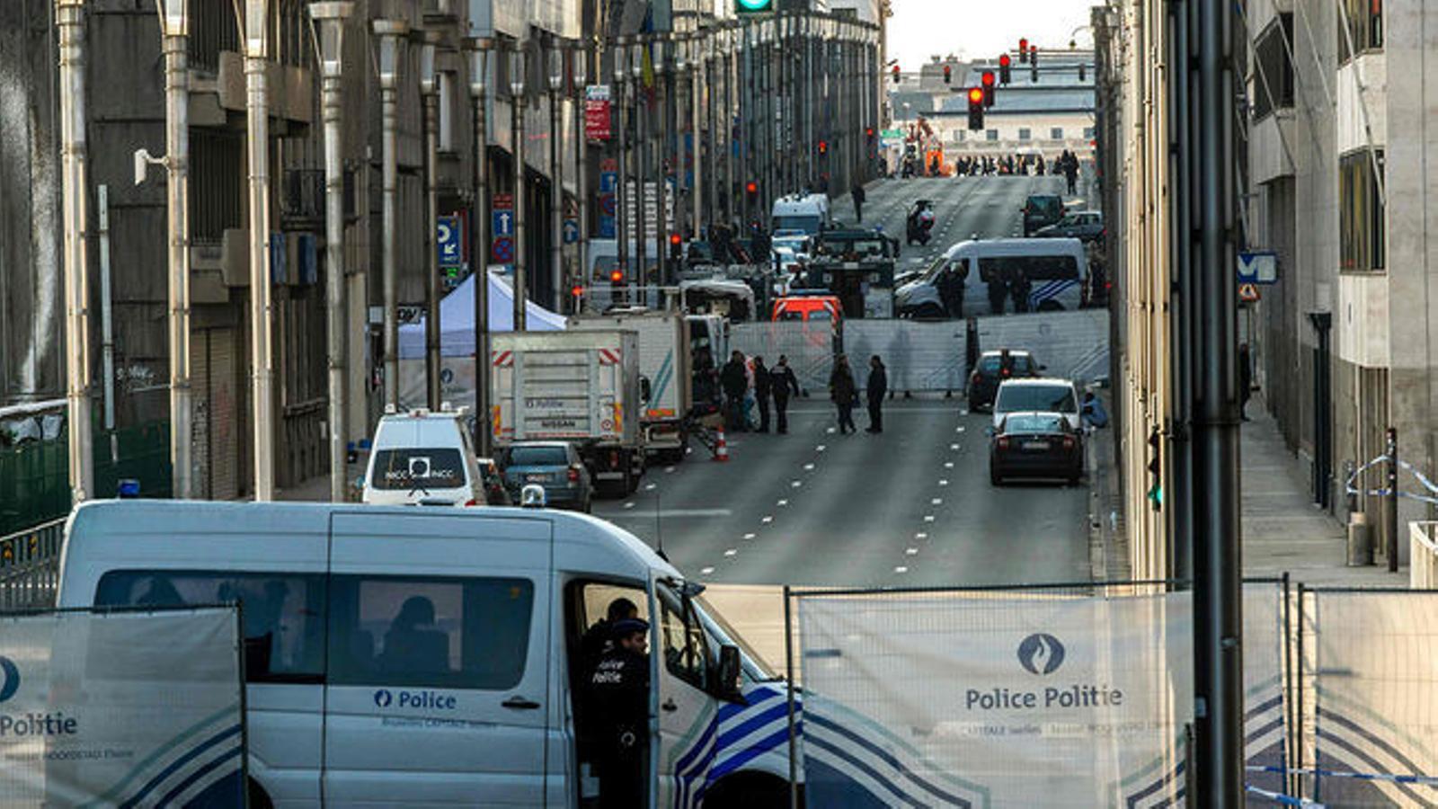Les forces policials bloquegen l'accés a l'estació de metro Maalbeek, a Brussel·les, on es va produir un dels atemptats al març