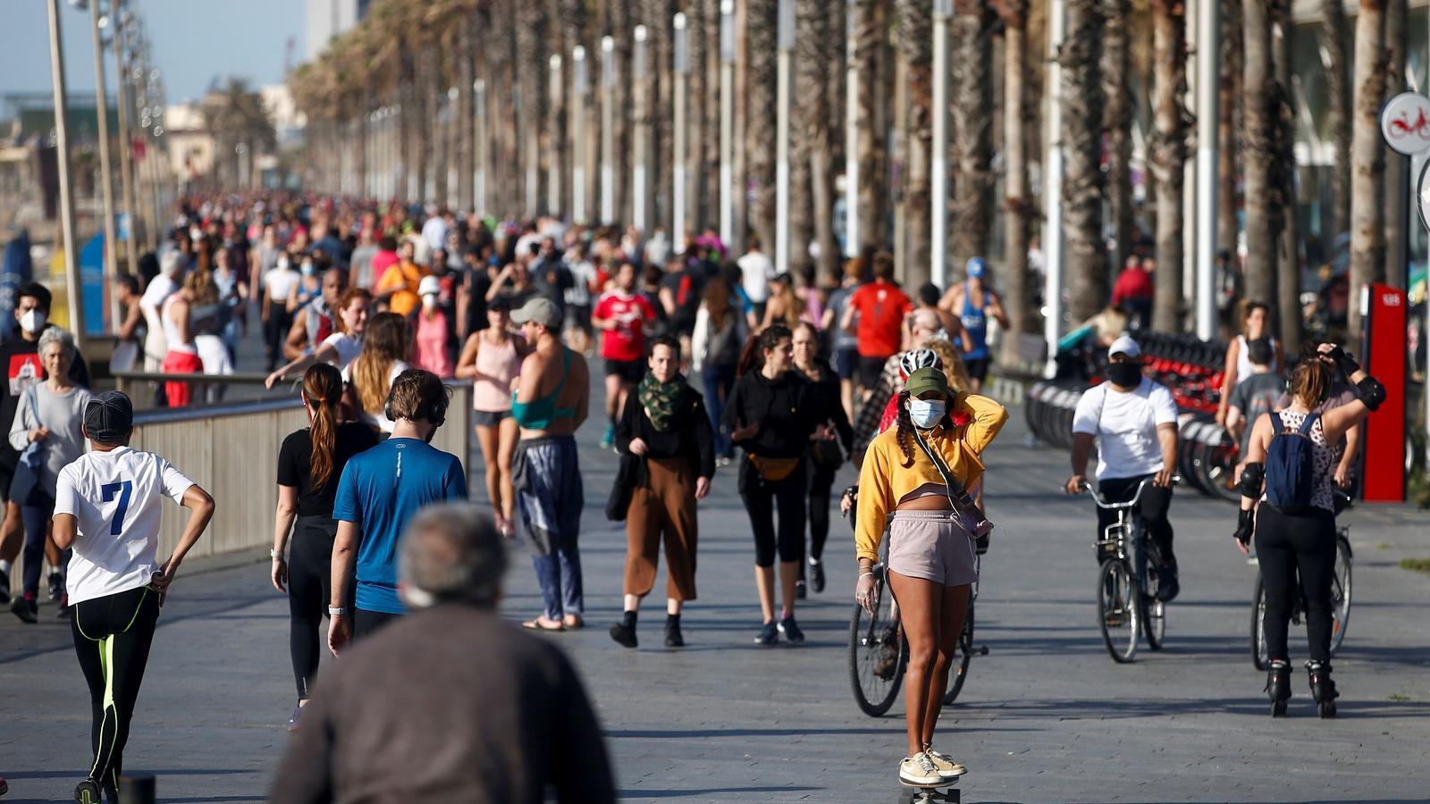 Corredors i ciclistes aprofiten el tret de sortida per llançar-se al carrer massivament