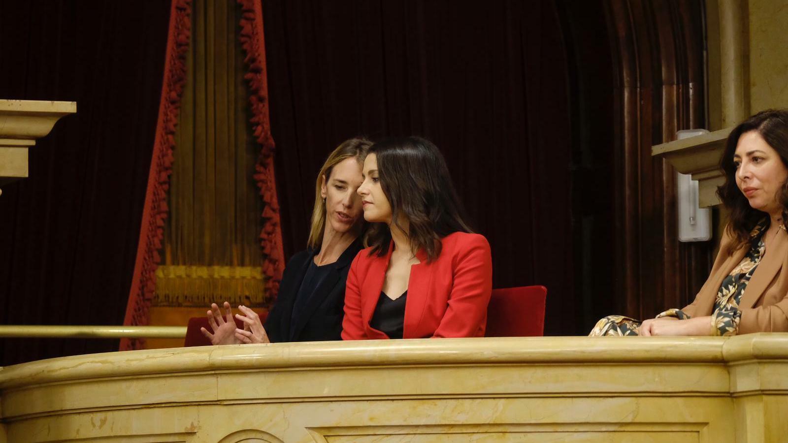 Cayetana Álvarez de Toledo i Inés Arrimadas conversen al Parlament durant el debat de la moció de censura a Quim Torra