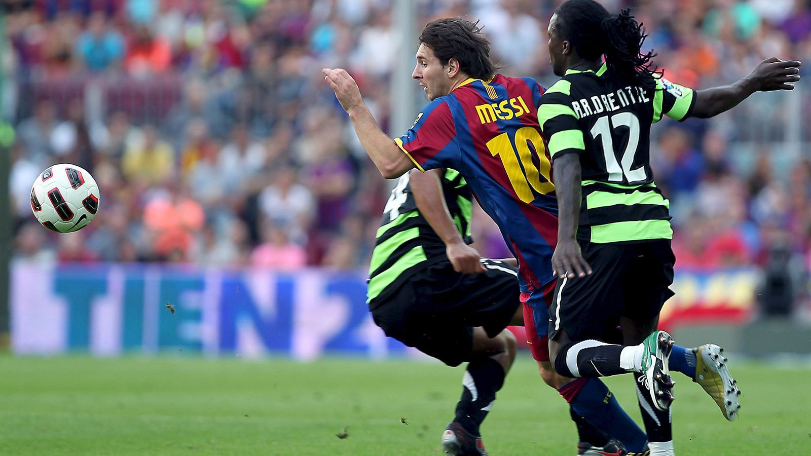 Messi intentant escapar-se de Drenthe durant el partit d'anada. El tècnic de l'Hèrcules, Esteban Vigo, ja ha perdonat Drenthe, que va estar-se uns dies sense donar senyals de vida enfadat perquè no cobrava. / XAVIER BERTRAL / EFE