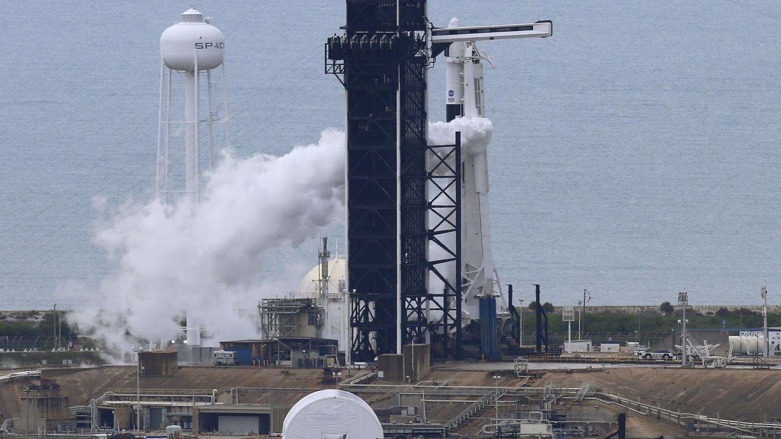 El coet SpaceX Falcon 9 moments abans d'avortar el llançament programat de la missió