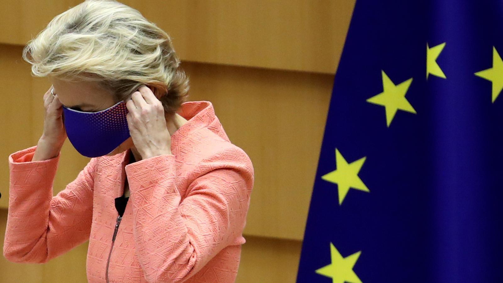 Ursula Von der Leyen col·locant-se la mascareta contra el coronavirus, en el seu primer discurs sobre l'estat de la Unió al Parlament Europeu de Brussel·les