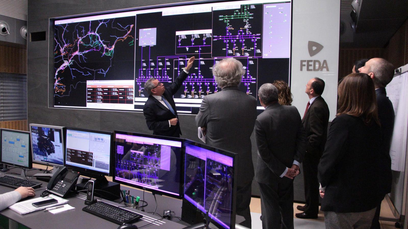 Moles explica el funcionament de la sala de control de FEDA. / M. R. F.