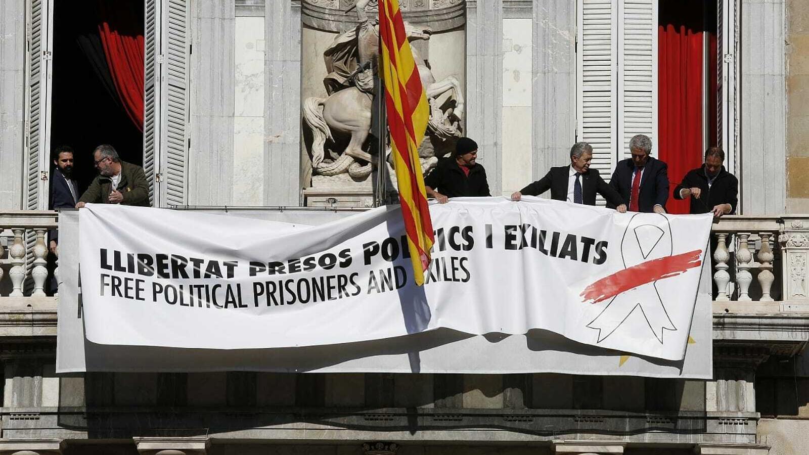 Nova pancarta a la façana del palau de la Generalitat