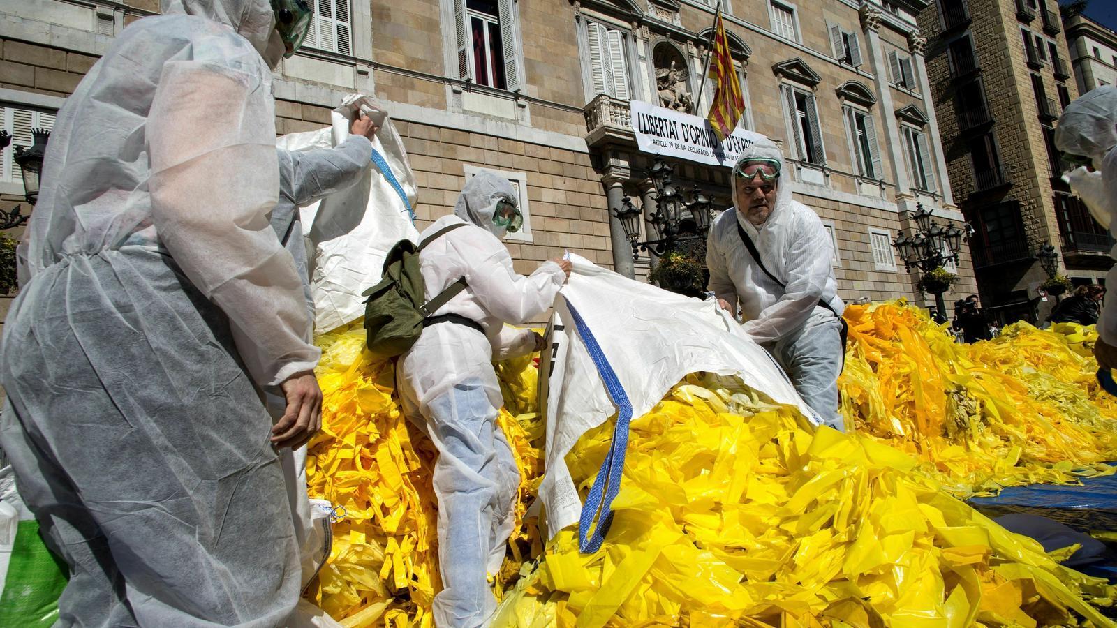 Antiindependentistes avoquen davant el Palau de la Generalitat milers llaços