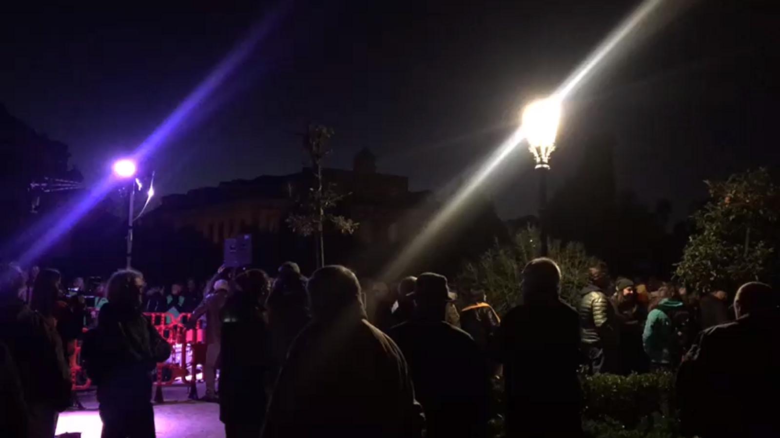 Els manifestants xiulen la intervenció de Vilalta al ple
