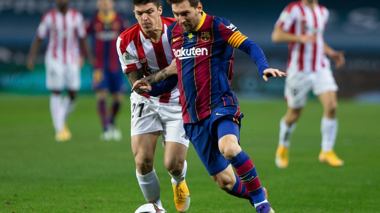 Messi condueix una pilota davant de Capa.