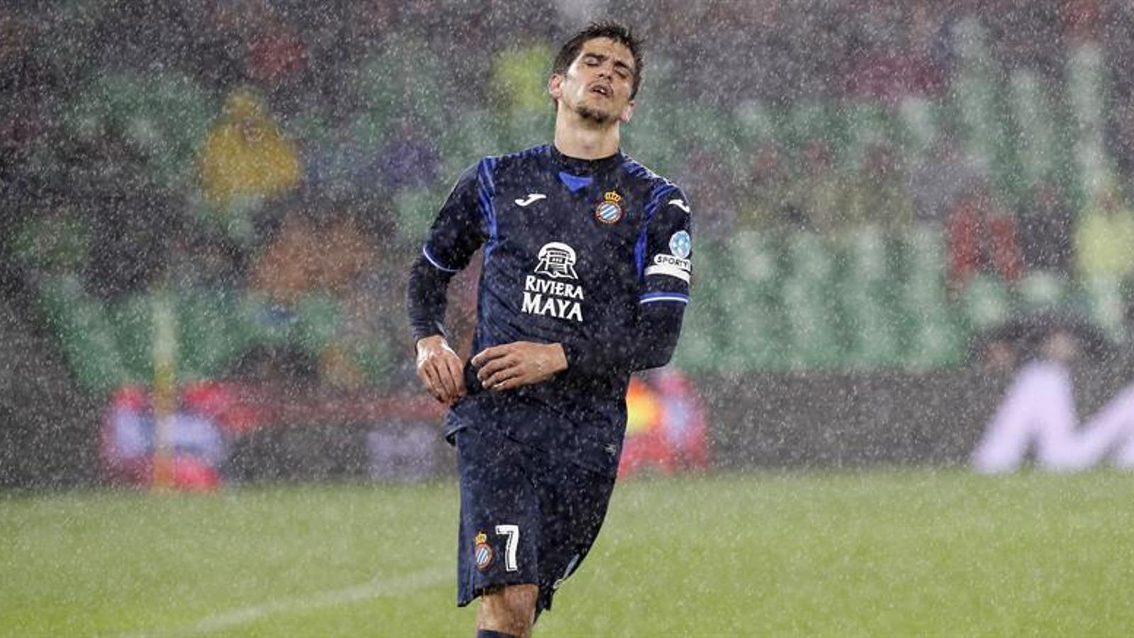 Gerard Moreno, sota la pluja al camp del Betis