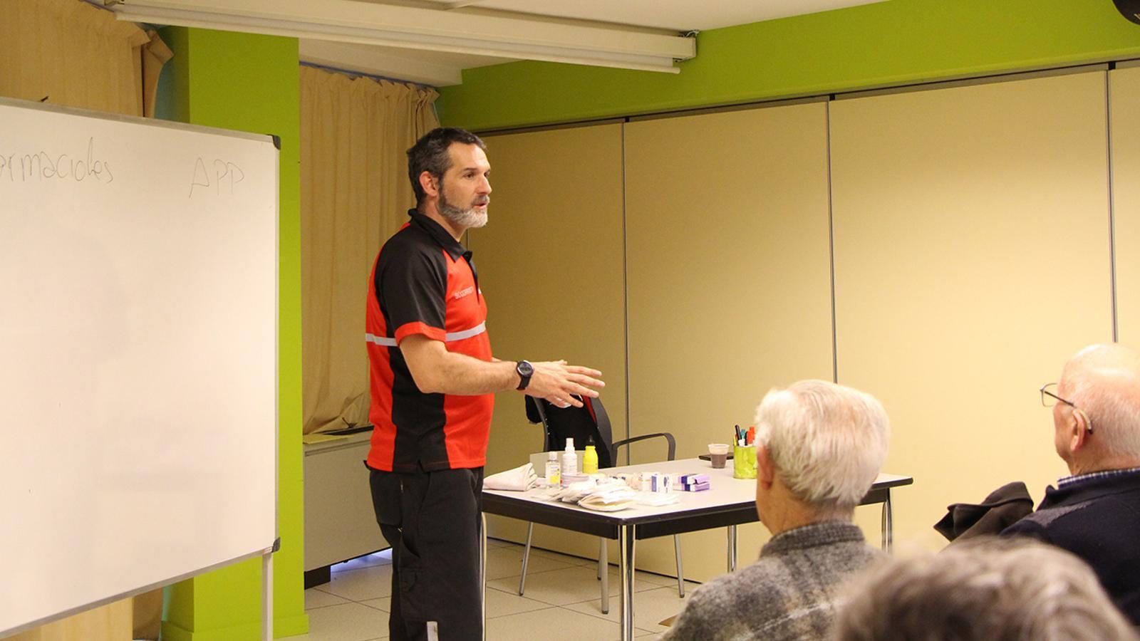 El formador i cap del departament de preventius de la Creu Roja Andorrana, Àlex Mata, durant la formació a L'espai. / M. F. (ANA)