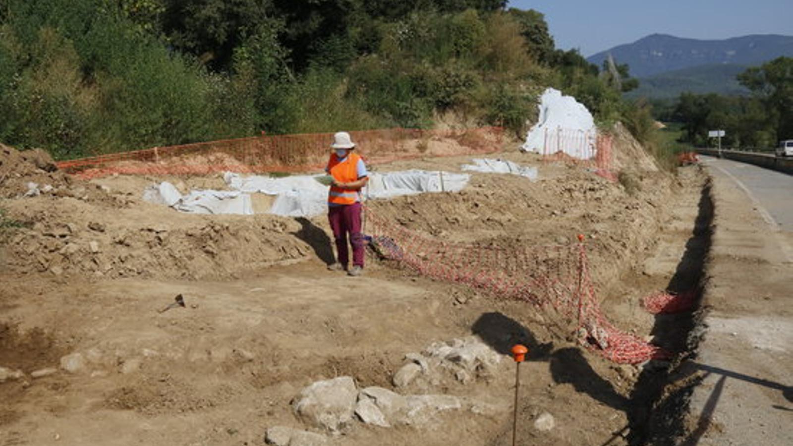 Pla general de la zona de Fares on s'ha localitzat la casa forta medieval i les sitges amb una arqueòloga el juliol del 2020