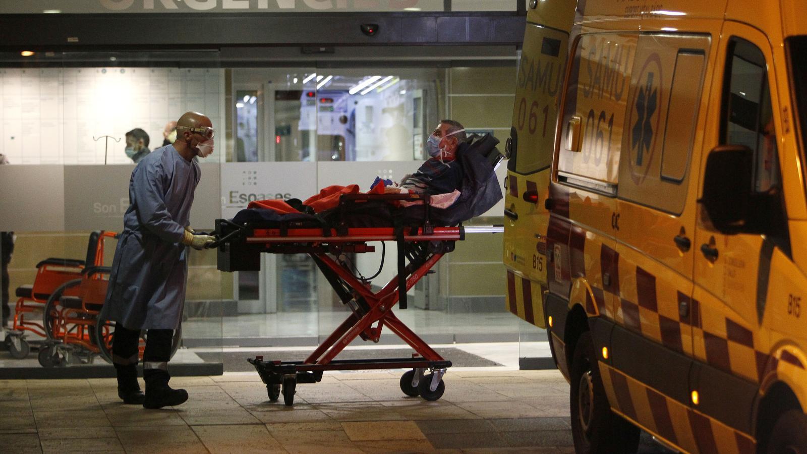 Sanitaris amb un pacient a l'entrada d'urgències de Son Espases