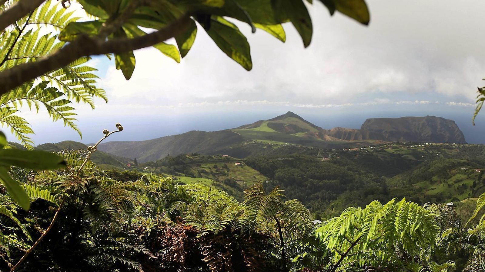 Illa de Santa Helena  Regne Unit   Oceà Atlàntic El paisatge de l'illa és força agrest, i els seus nuclis, poc poblats. Tot i això, el turisme ja supera la indústria del cafè com a principal font d'ingressos.