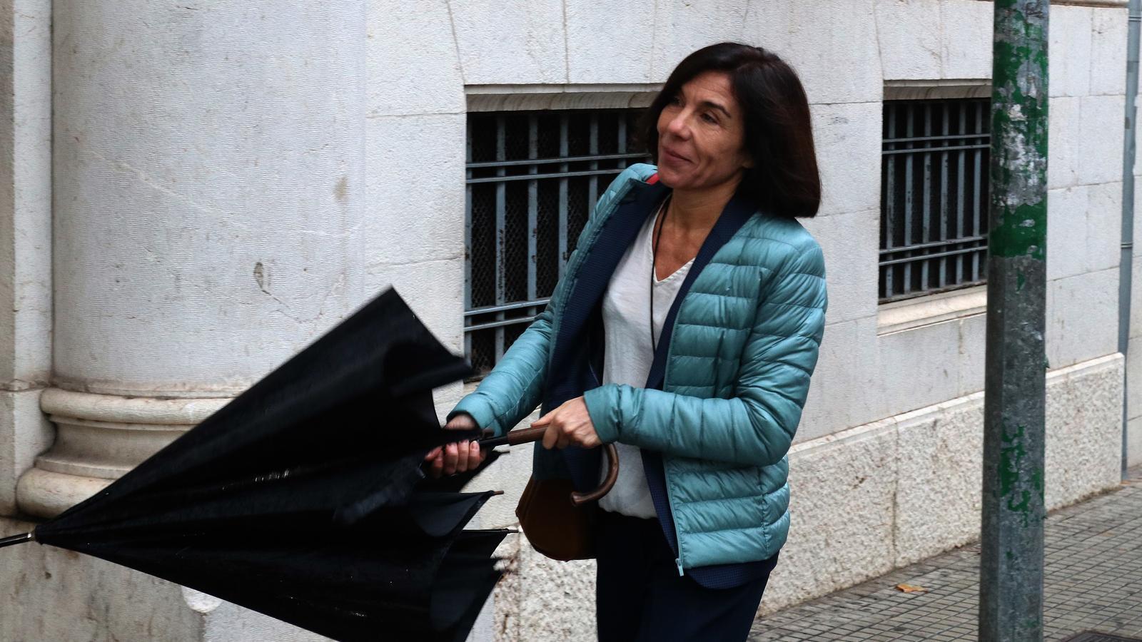 L'exdirectora general de Turisme, Pilar Carbonell, en la seva arribada als jutjats aquest dimecres.