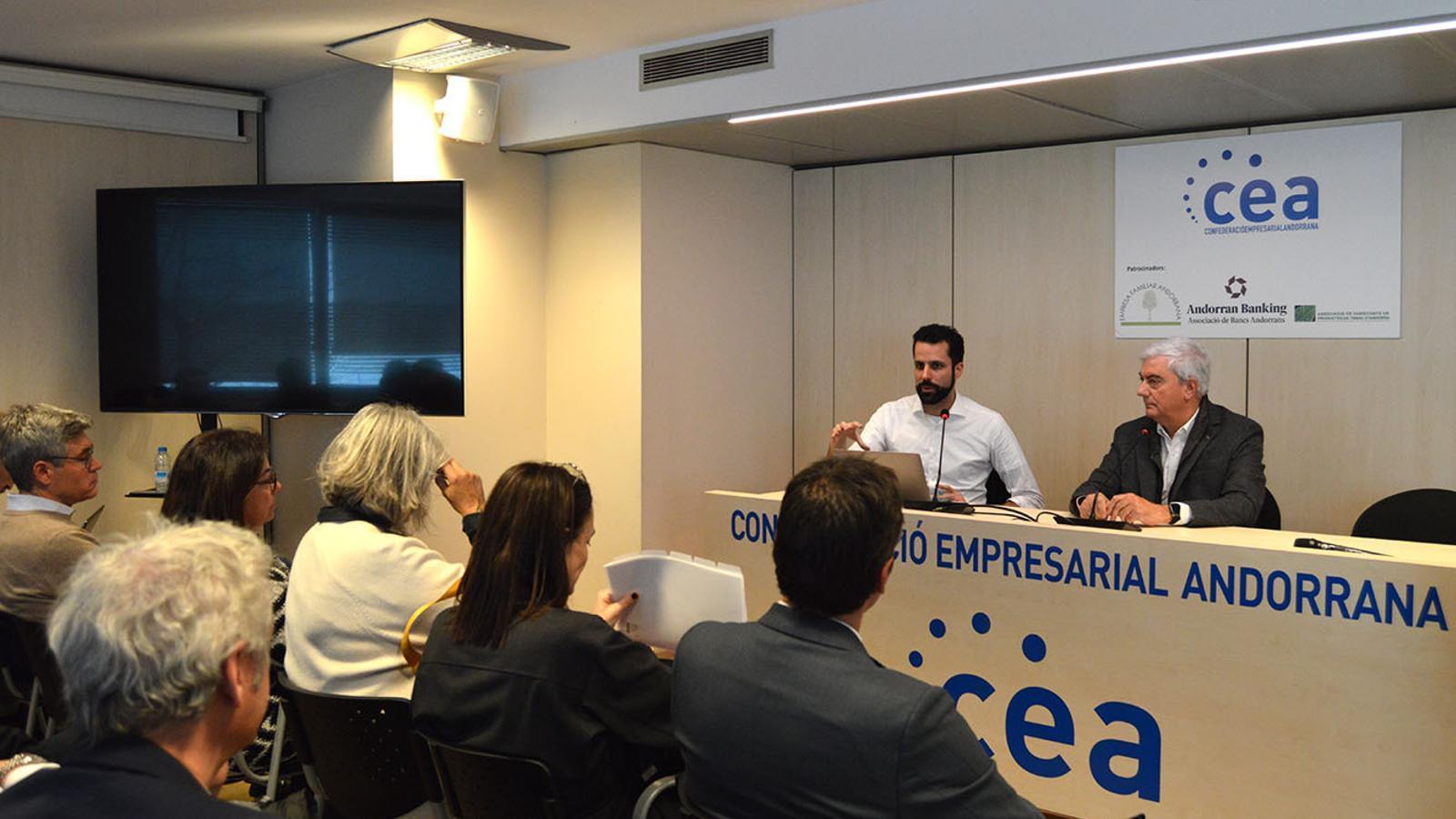 El gerent i el president de la CEA, Iago Andreu i Gerard Cadena, durant la trobada amb els empresaris. / M. F.