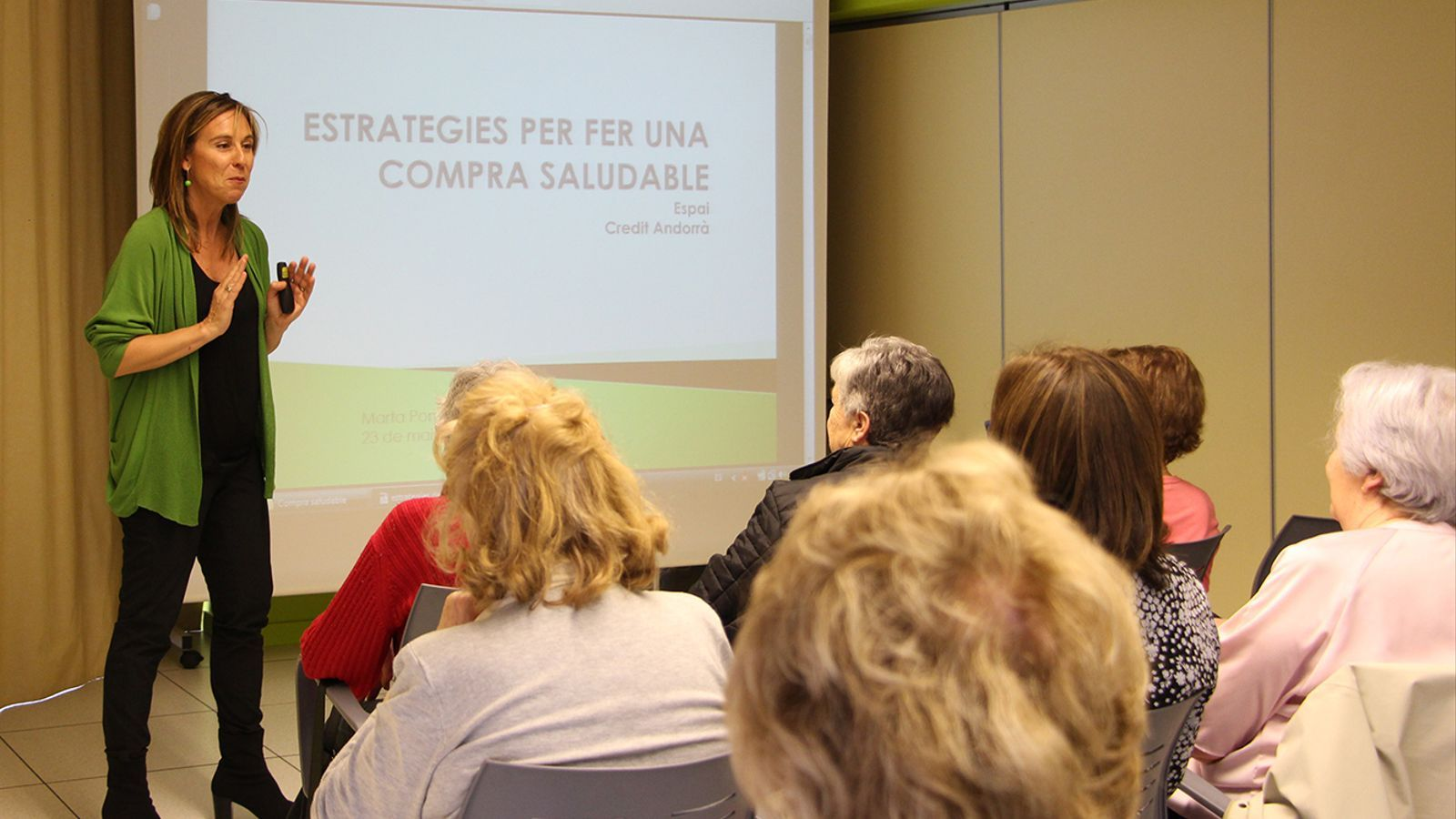 La dietista Marta Pons, durant el taller sobre la compra saludable a L'espai. / M. F. (ANA)