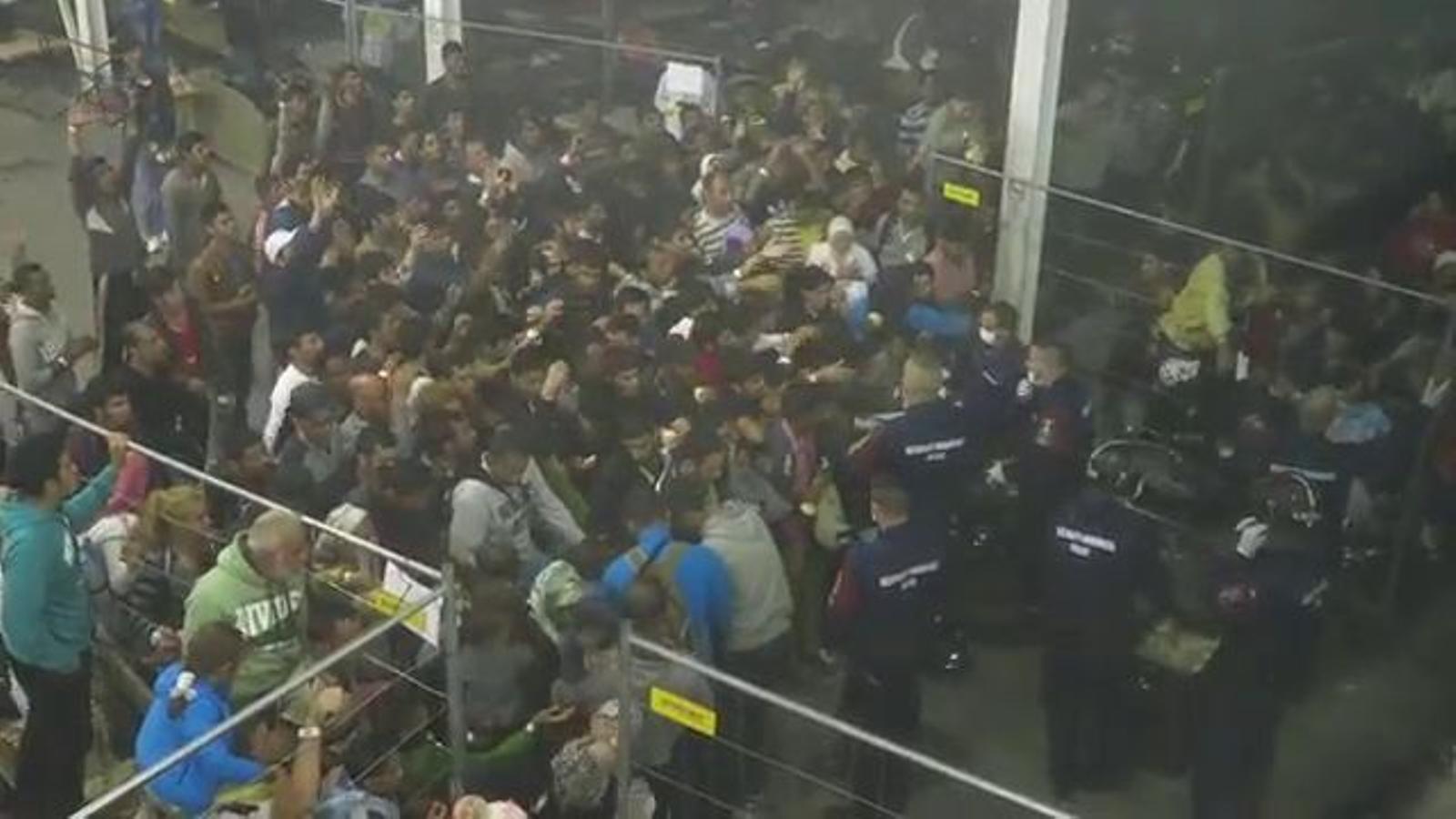 Caos en un camp de refugiats d'Hongria. ARA