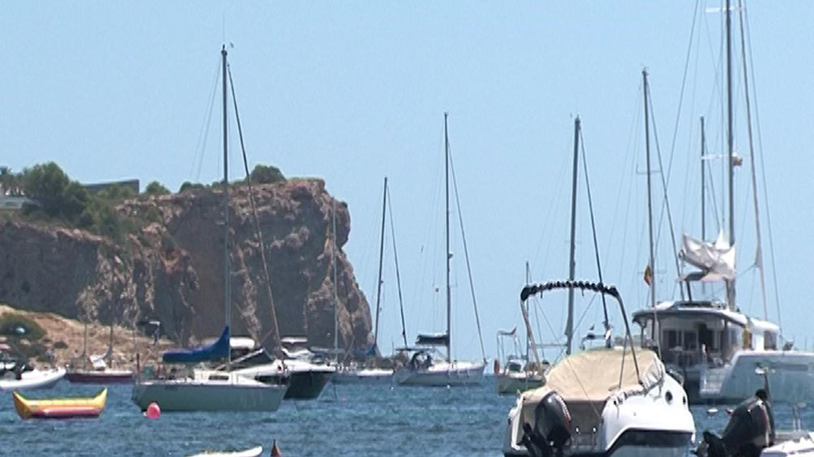Alguns vaixells sobre la costa de Talamanca. / ARMANDO TUR