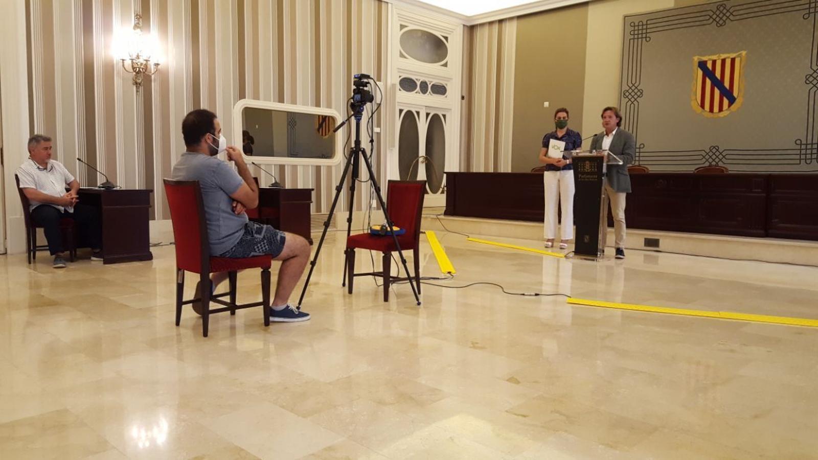 Els representants de Vox en roda de premsa al Parlament