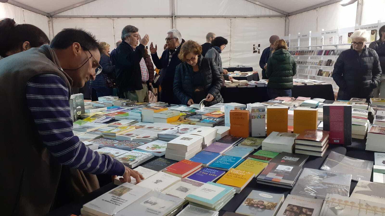 Alguns dels visitants de la 4a edició de la Plaça del Llibre d'Alacant