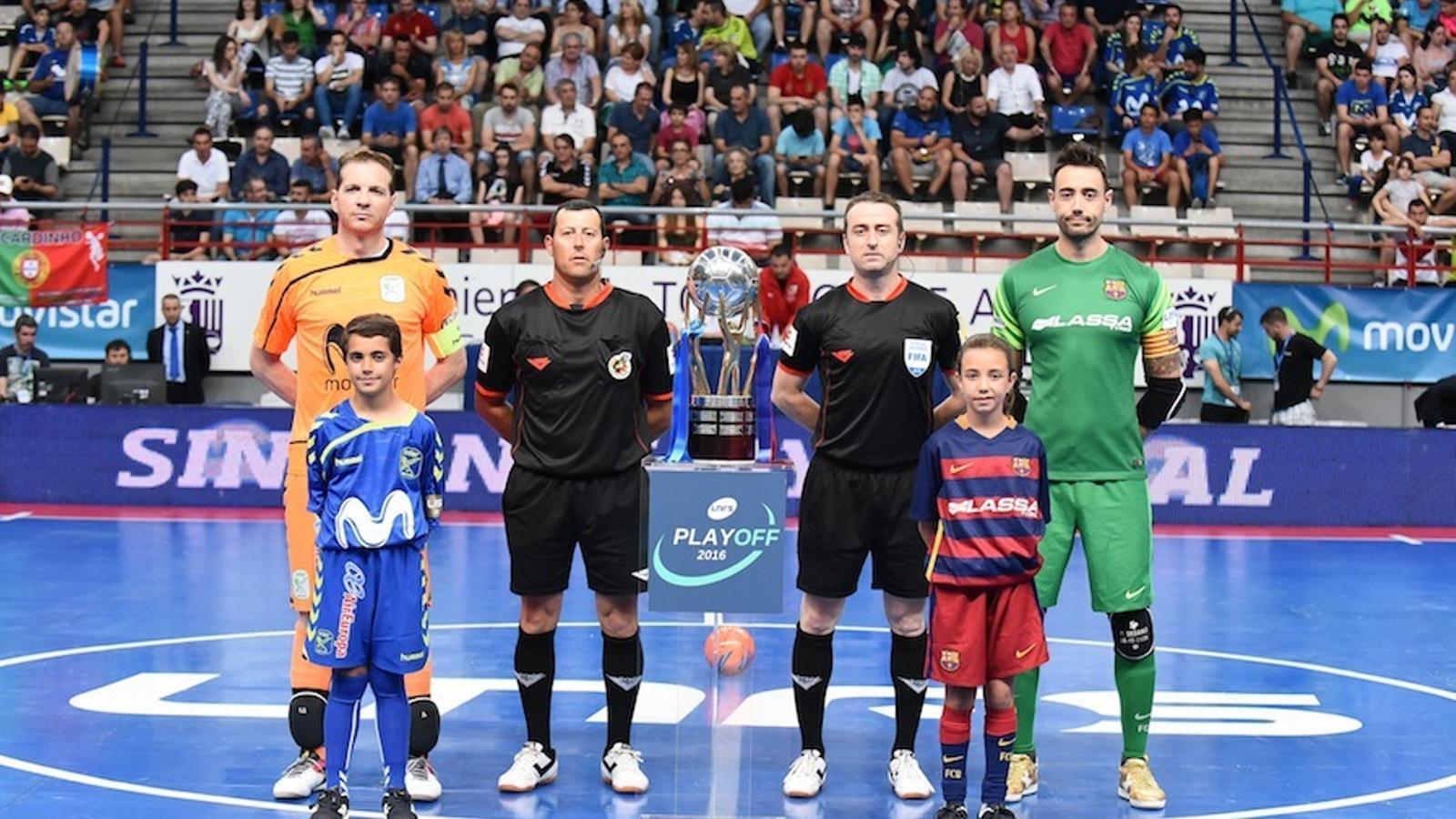 Els capitans i els àrbitres, abans del primer partit
