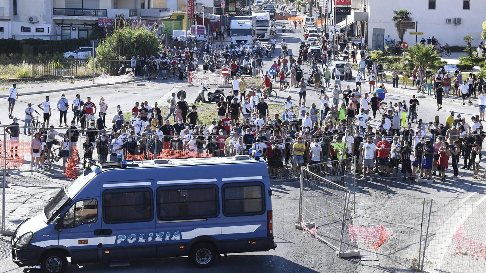 Desenes de residents de Mondragone, a la Campània, protestant ahir davant l'edifici on s'ha declarat un brot de coronavirus.
