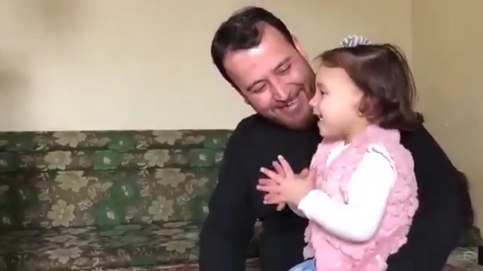 Abdullà i la seva filla a la casa dels seus amics que els han acollit, prop de la frontera amb Turquia.