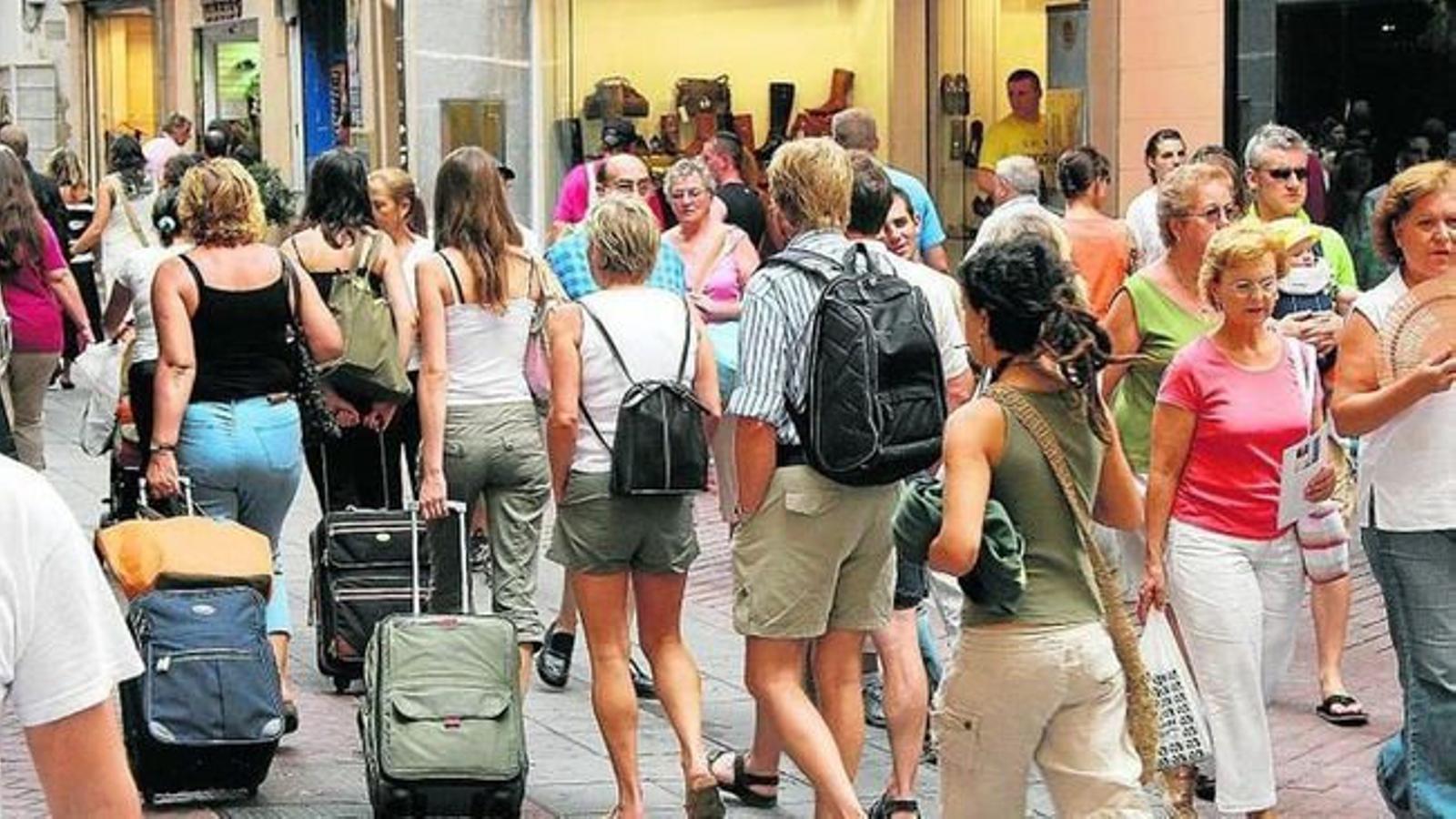 Turistes al centre urbà de la capital mallorquina.