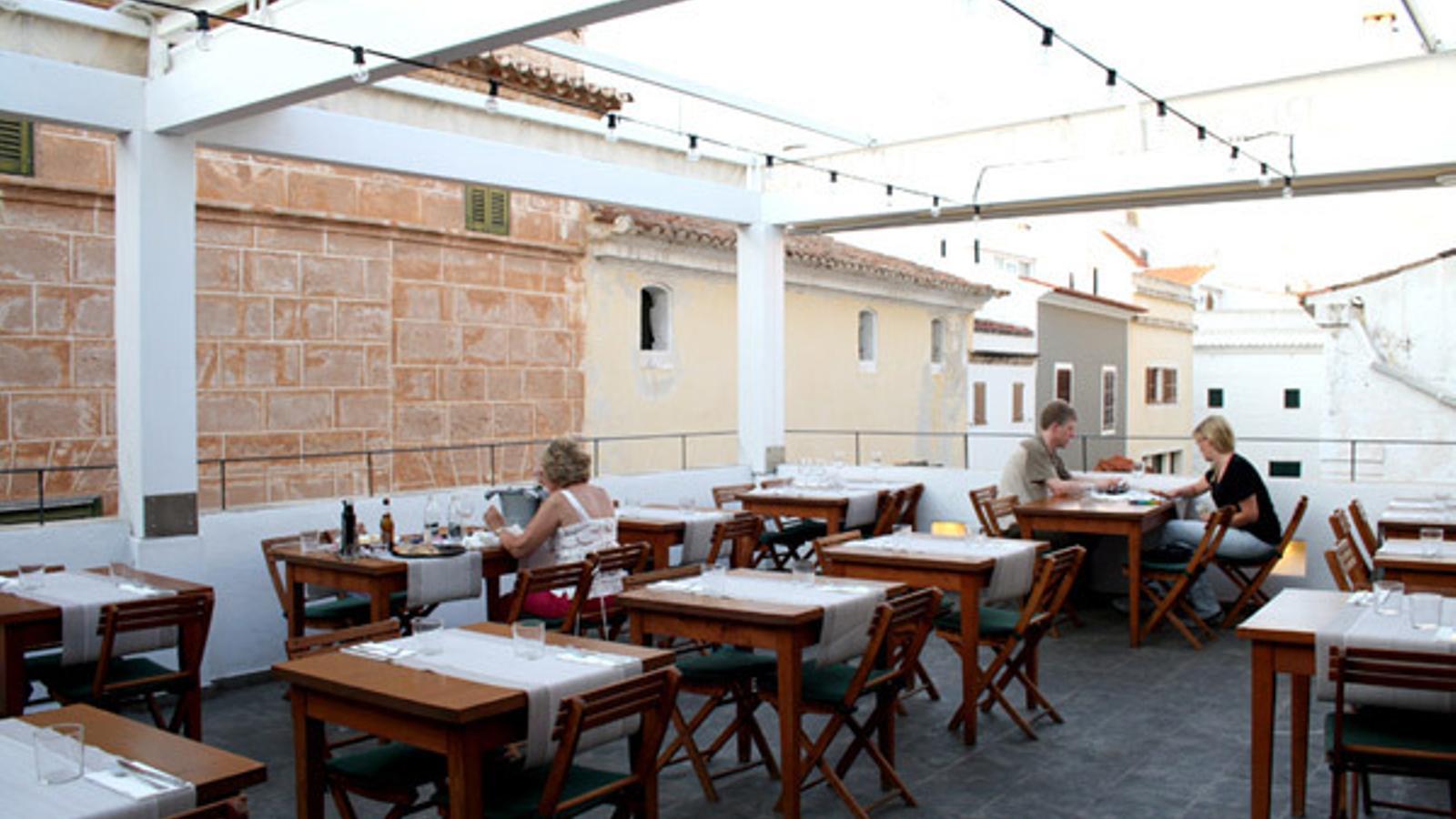 """Restauradors de Menorca demanen ampliar l'horari de tancament per no """"enterrar"""" el sector"""