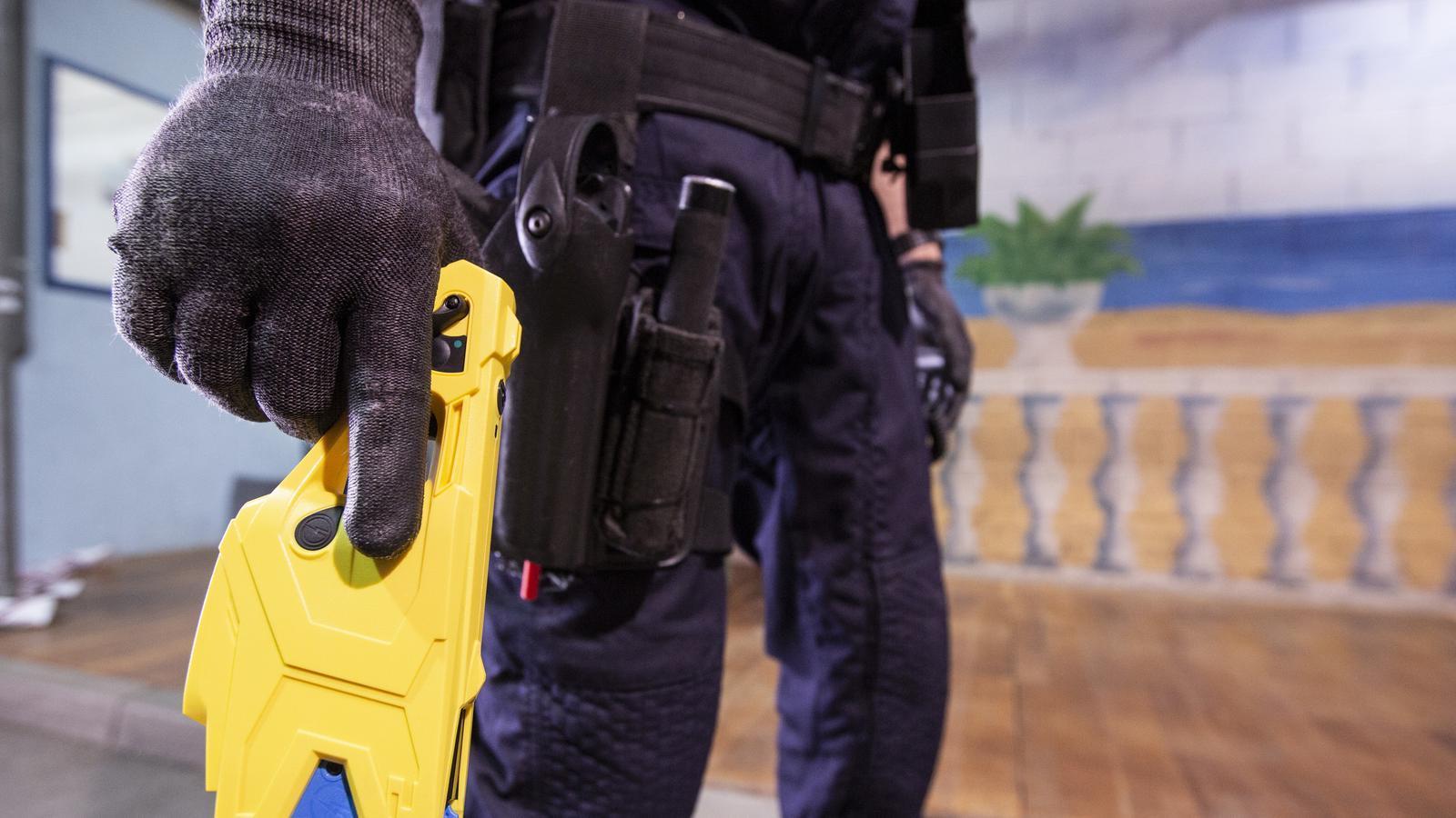 Un mosso, entrenant amb una de les noves pistoles Taser que ha incorporat el cos