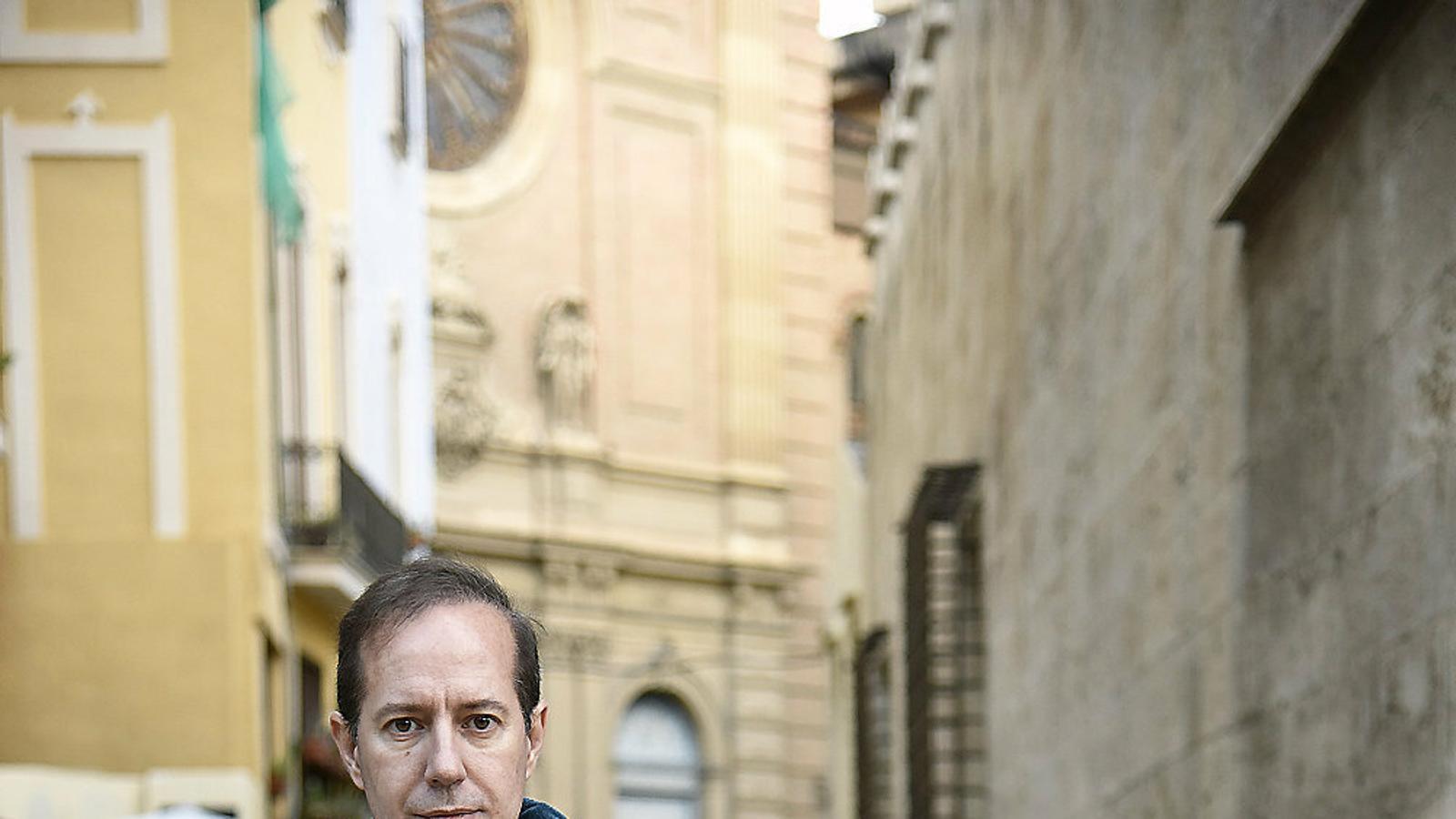 Escribano assenyala com un dels factors clau de la situació del valencià a Alacant i Elx la poca incidència que hi té la Generalitat.