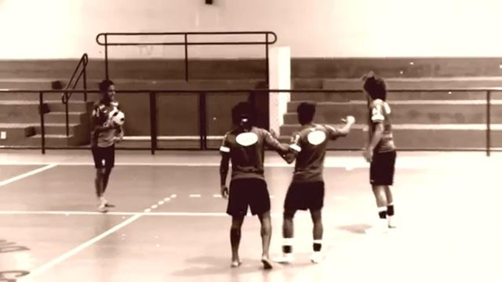 Neymar, jugant a bàsquet
