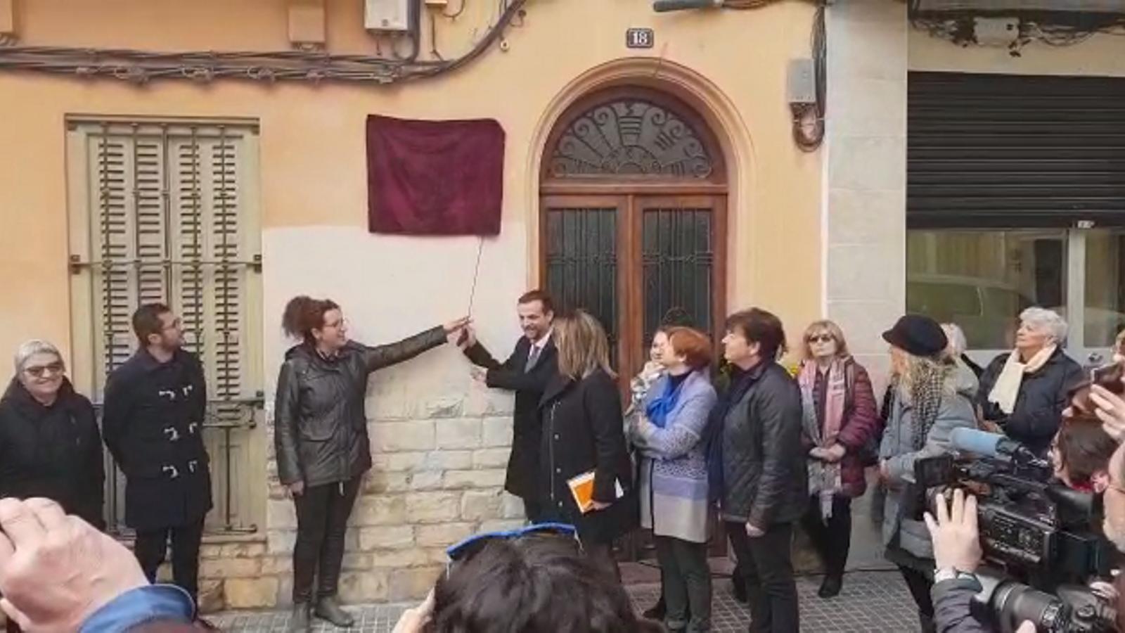 La casa de Josep Maria Llompart ja llueix una placa d'homenatge