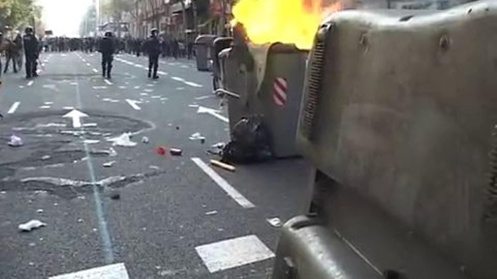 Batalla campal al centre de Barcelona entre manifestants radicals i antiavalots dels Mossos d'Esquadra