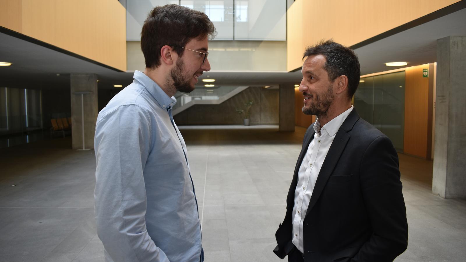 Roger Cassany i Pere López, membres del grup parlamentari socialdemòcrata al vestíbul del Consell General. / A.S.