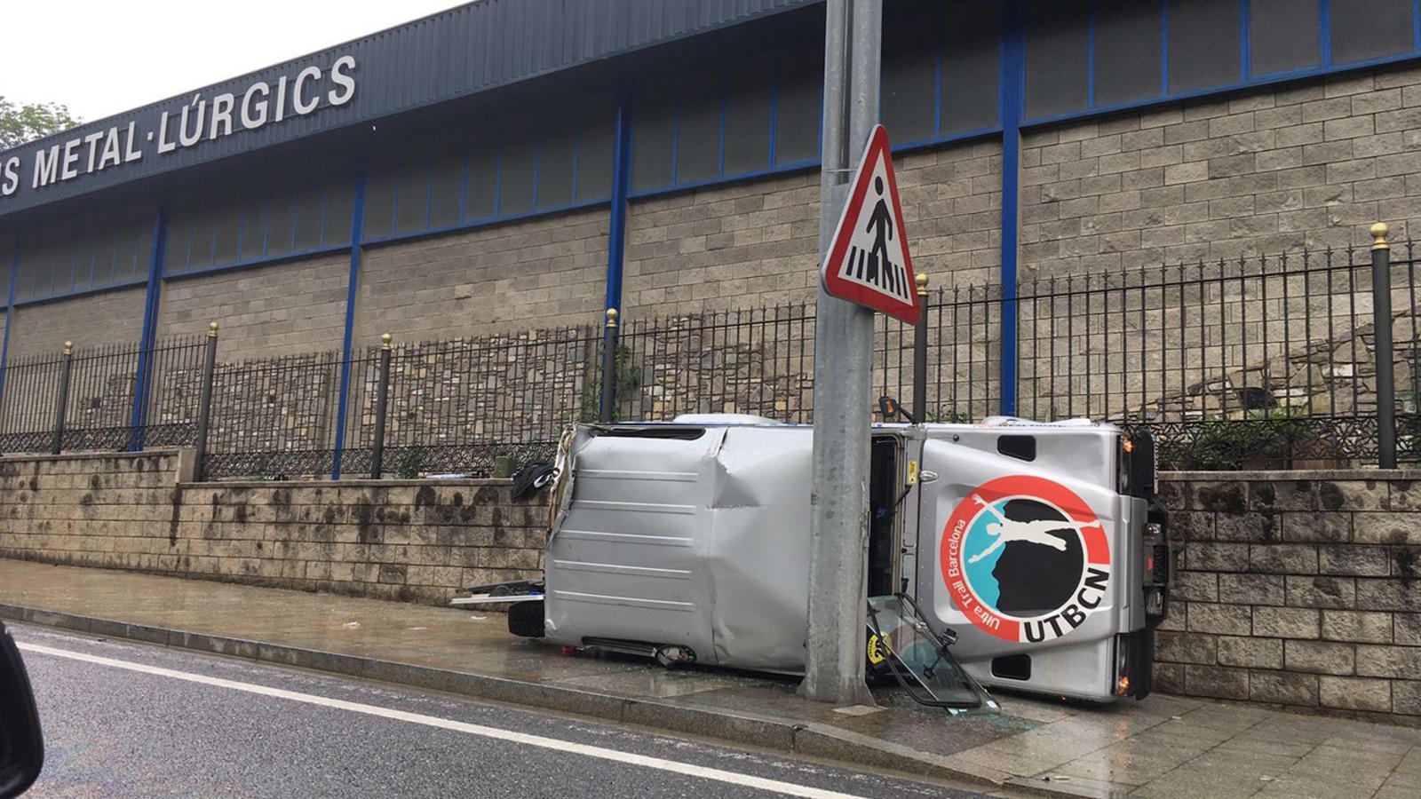 Un vehicle bolca i col·lideix contra l'indicador de canvi de carril al vial del Pobladó