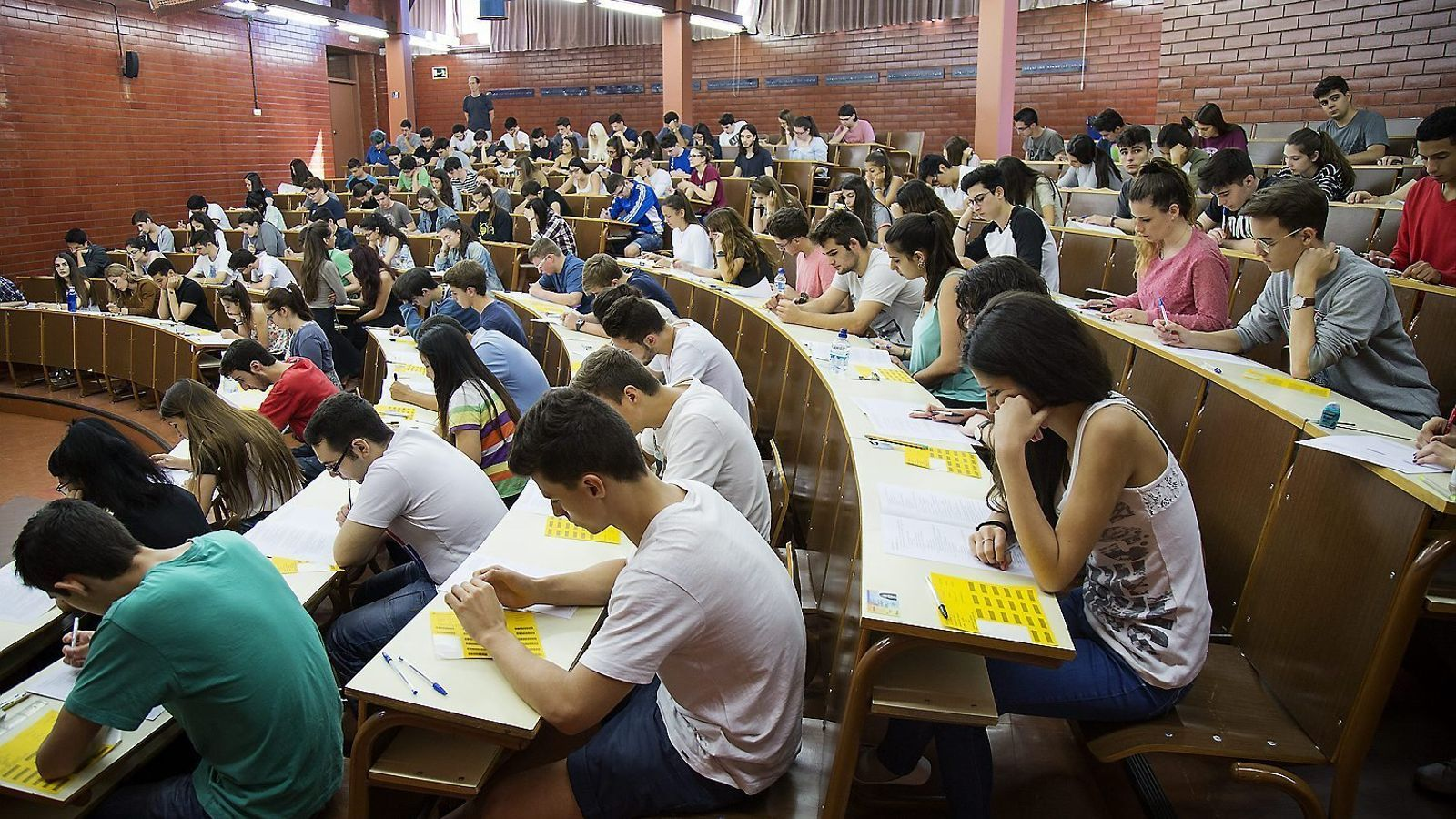 Alumnes fent la selectivitat, en una imatge d'arxiu. Els canvis a la prova d'aquest any han generat la indignació de professors i estudiants.